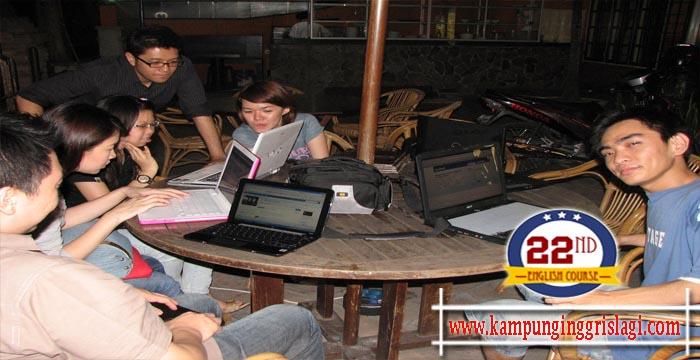 Fasilitas Wifi, dimana internet lebih menarik dari tumpukan buku-buku dan daftar PR yang mengantri untuk diselesaikan. - lung2x.wordpress.com
